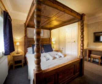 2 four poster bedrooms.