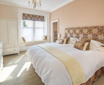 5dbl bedrooms, 3 ensuite & large family bathroom