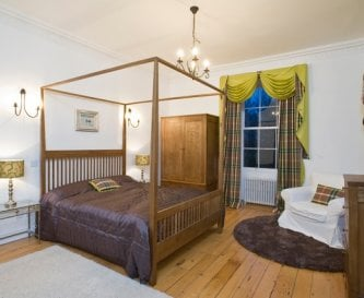 Bridal suite with 4 poster bed