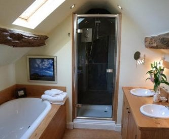 Guest ensuite bathroom Timberstone holiday cottage